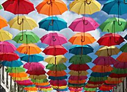 Bunte Sonnenschirme in der Luft hängend